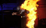أمرأة تخرج من داخل النيران في المواهب لا يصدق