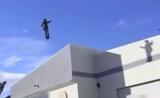 كرس انجل يطير من مبنى لمبنى