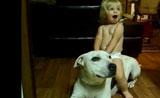 لحظات حميمية بين الكلاب والاطفال