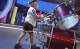 فيديو مواهب  عازف الدرامز الصغير يؤدي العزف بطريقة مذهلة