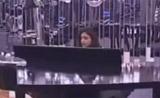 كريستين تعزف وتغني بصورة مرهفة