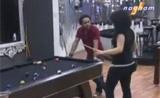 سارة وجيلبرت يلعبان بلياردو