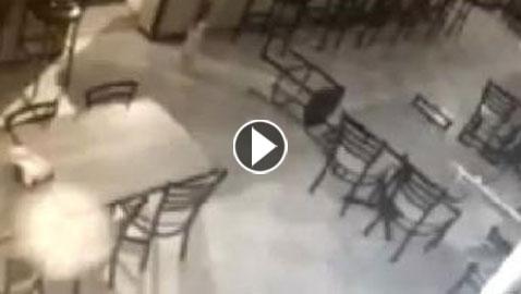 فيديو مرعب.. مطعم أميركي تميل مقاعده وتقع من دون أن يلمسها أحد