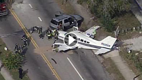 فيديو حادث غريب.. طائرة تهبط على سيارة وتثير الرعب بولاية فلوريدا